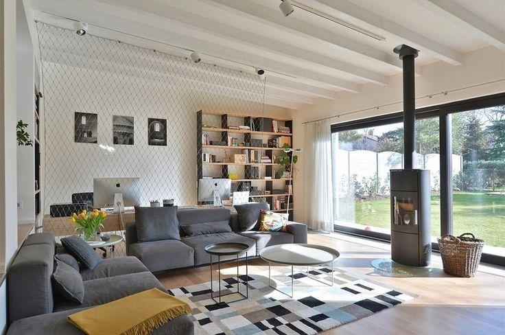 Lanková sieť opticky oddeľuje pracovnú časť od obývacej. Snímka: archív Kateřiny Horskej