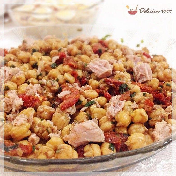 Um prato de fácil preparo, quando se pensa em aproveitar os dias de férias e de calor. Salada de grão de bico com salmão defumado