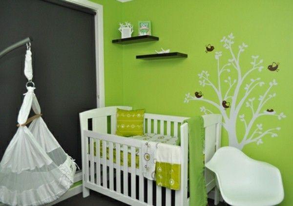 Chambre de bébé murale design dans les verts