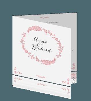 Klassieke trouwkaart roze met krans van bloemen