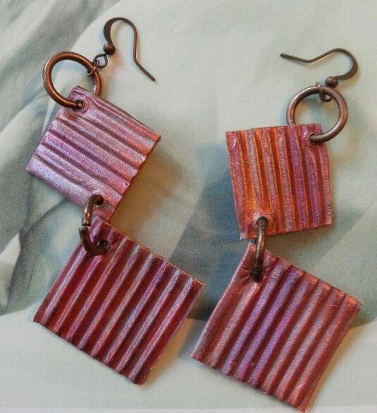 Cartoncino ondulato dipinto a mano nei toni cangianti del rosa e dell'arancione