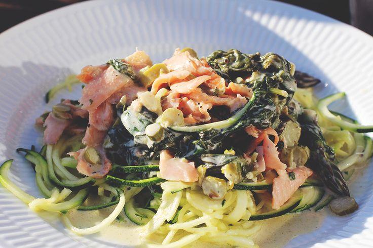 LCHF squashghetti med laks og spinat i flødesovs