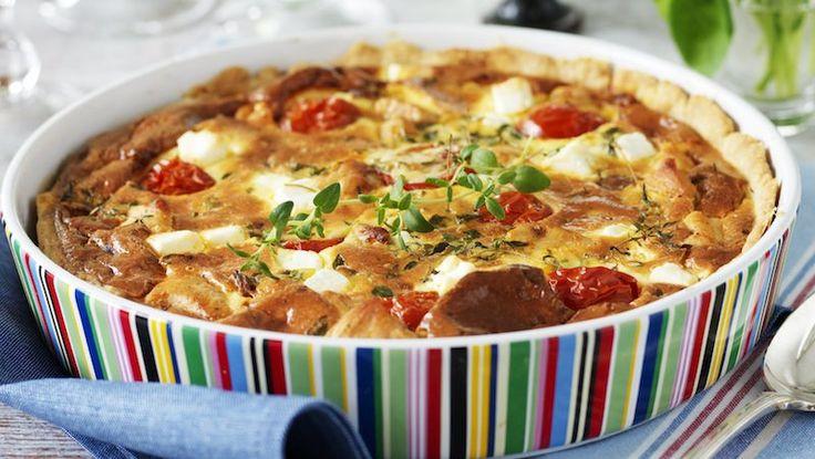 Kycklingpaj går alltid hem! Den här krämiga varianten får fin smak av chorizo, tomater och fetaost.