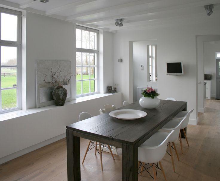 strak wit stucwerk - wit plafond - donkere tafel/witte stoelen - warme houten vloer...