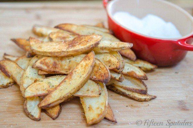 Ингредиенты: 900 г картофеля 1/2 чайной ложки чесночного порошка 1/8 чайной ложки сушеного тимьяна 1/8 чайной ложки сушеного орегано соль и перец 2 столовых ложки растительного масла Приготовление: Нагрейте духовку до 200 градусов. Молодой картофель можете не очищать, просто тщательно вымойте. Нарежьте картофель на дольки и обваляйте в смеси, приготовленой из всех остальных ингредиентов. Дольки