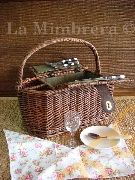 Una de nuestras cesta picnic para dos personas con portabotellas.