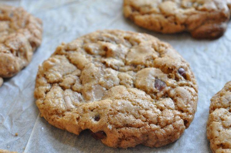 Har du en halv time? Har du lakridspulver, chokolade og lidt nødder? Så er du tæt på at have et par bageplader fyldt med sprøde, lækre lakridscookies. Nemt og hurtigt!
