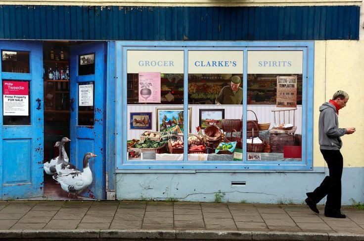 Was sehen Sie auf diesem Bild? Klar, ein Mann geht an einem gut gefüllten Laden vorbei, Gänse spazieren aus der Tür - vielleicht das einzig Auffällige. Doch wer hätte es gedacht - der Laden ist vollkommen leer, und das volle Schaufenster, an dem der Mann vorbeigeht, ist nur aufgemalt.