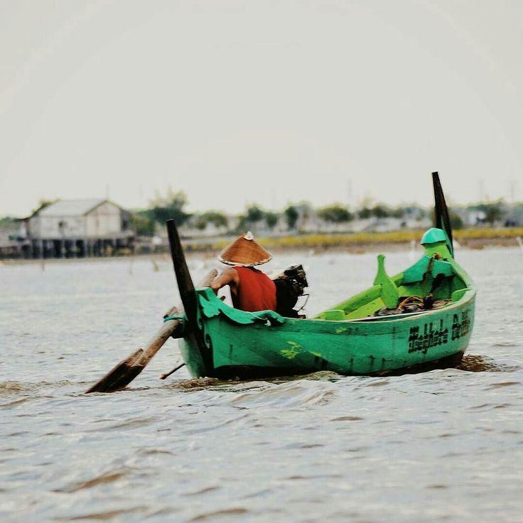 @maulanadepo - Gelombang laut seakan udah jadi patner hidupku dalam mengais rezeki.  #visitjepara #pesonajawatengah #photography_indonesia #instanusantara