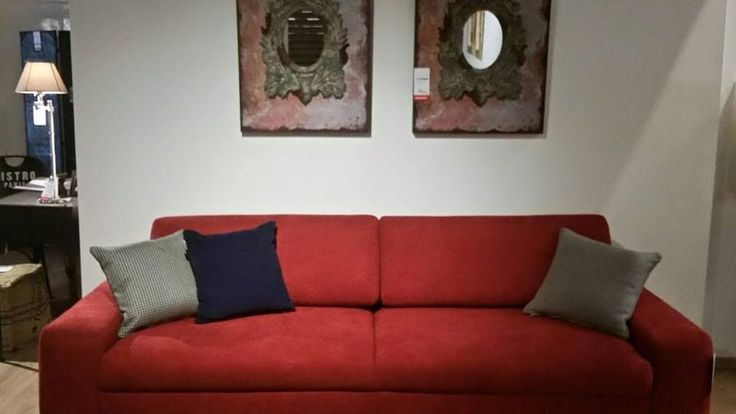 Lustro niczym obraz. Małe lusterko umieszczone w ramie obrazu tworzące stylową ozdobę. Powieszone w przedpokoju, z pewnością przykuje uwagę i będzie godną wizytówką domu.