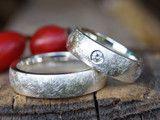 Diese wunderschönen ausgefallenen Ringe sind in Silber und schön massiv und kräftig gearbeitet. Die Ringe sind zart strichmatt außen,innen poliert.  Das Profil ist halbrund gewölbt. Der Preis...