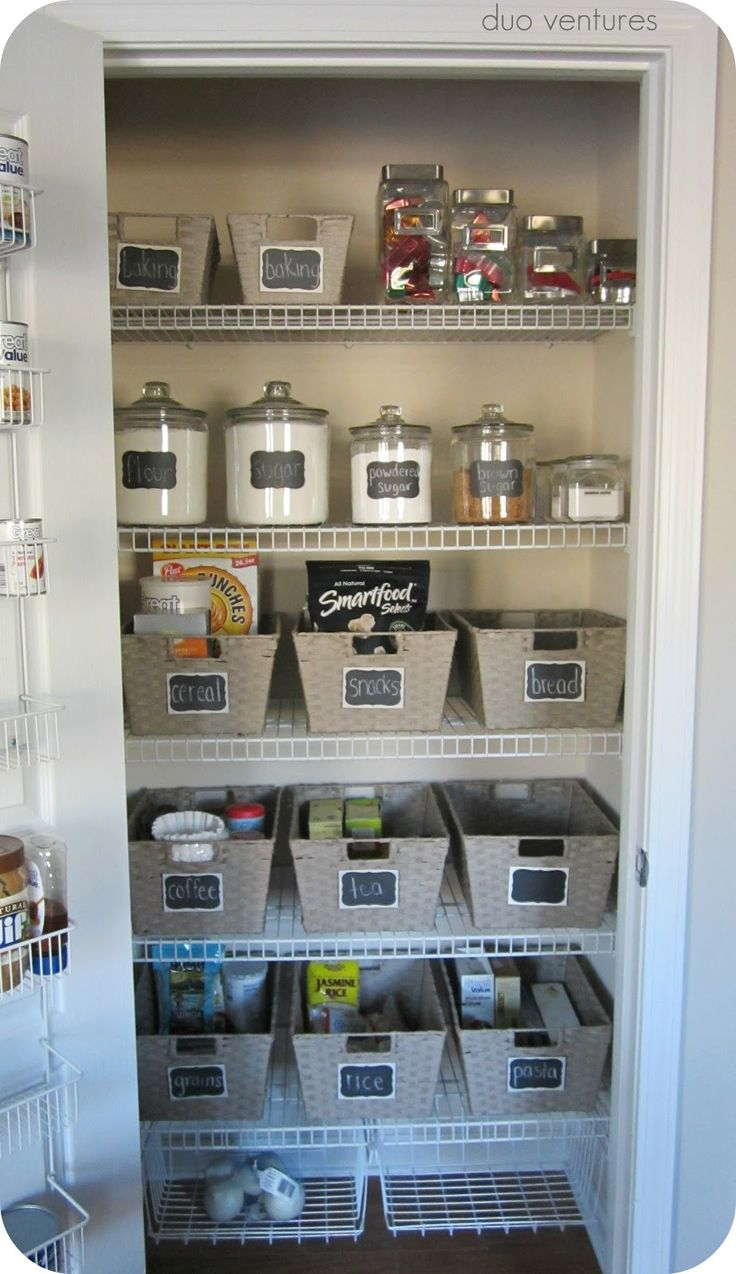 Use cestinhas para organizar grupos de alimentos, como massas e molhos ________________  I could so do this and would love it, if only everyone else in my family didn't have to destroy it daily...Organized Kitchen Pantry