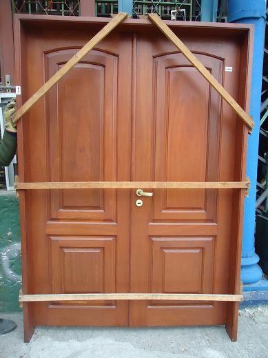 Pin by carrara demoliciones on puertas de exteriores for Modelos de puertas de madera para exteriores