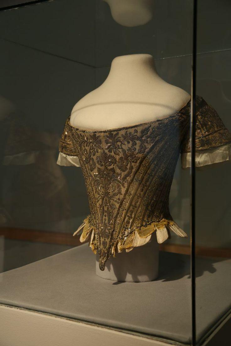 """Corsage Cour porté par Lady Mary Douglas , l'une des filles de six comtes célibataires qui ont assisté à la reine lors de la cérémonie 1761 couronnement de George III . Ce , corsage drap d' or brodé argent est le seul exemple connu de costume de cour """" raide corsé ' anglais pour survivre aujourd'hui."""