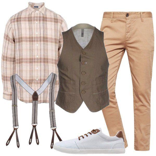 Look composto da pantaloni chino, camicia 100% lino, con bottoni in madreperla, da portare con le maniche arrotolate e con gilet in cotone e lino, da indossare sbottonato per mostrare le bretelle. Infine sneakers bianca con lacci e dettagli marroni.