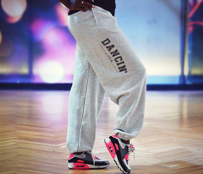 Lässig, schlicht, tanzbar – egal ob ihr Hip Hop, Zumba oder lateinamerikanisch tanzt, Motsis schlichte Jog Pants kleidet euch perfekt ein. #urich #jogpants #dancin #motsimabuse
