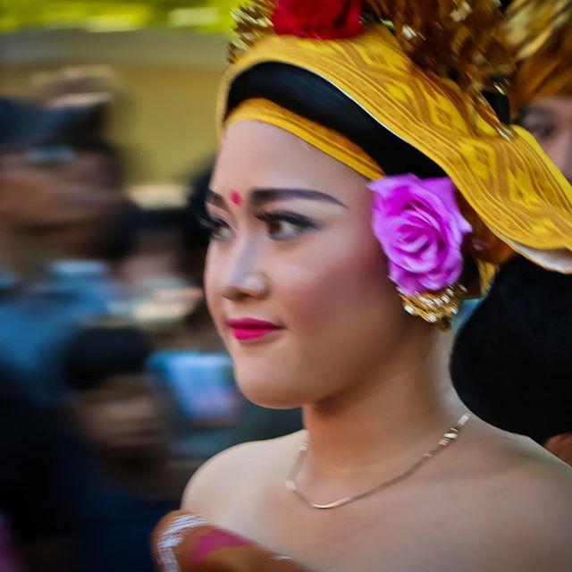 La simplicité de la costume balinaise modifiée portée par une fille lors de la parade  de lʹouverture du festival annuel des arts de Bali le 11 juin 2016 #festival_des_arts_de_bali #bali_parade_culturelle #culture_balinaise #bali_exposition_culturelle