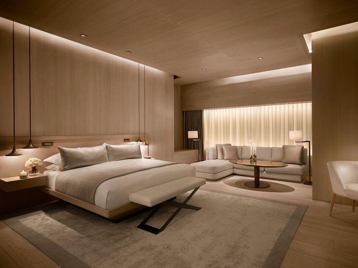 Chambre en bois clair partout. Lumière au plafond fentes. Lampe de chevet…
