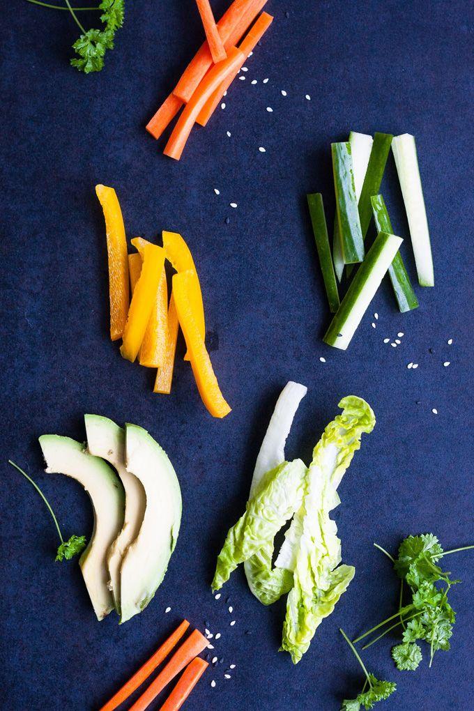 Zutaten für Summer Rolls mit schneller Erdnusssauce. Frisch, knackig und gesund! Perfekt als leichtes Abendessen und zum Mitnehmen - kochkarussell.com