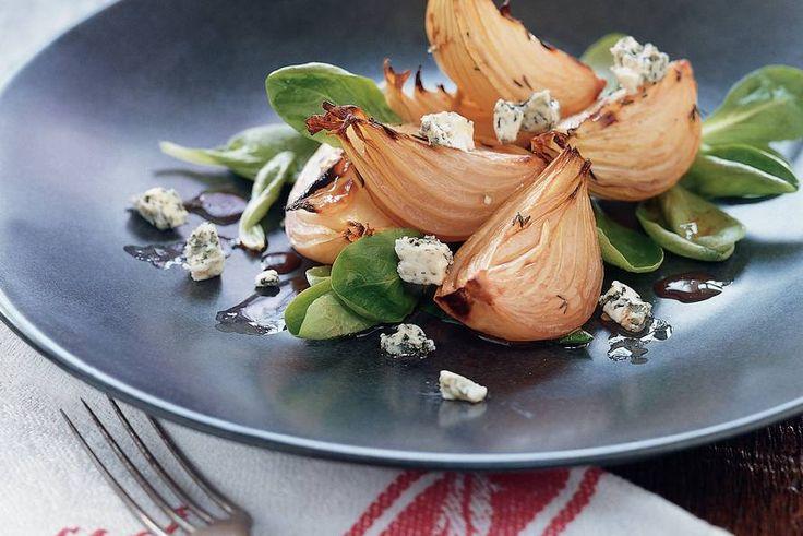 Allerhande -  Salade met geroosterde uien en blauwe kaas