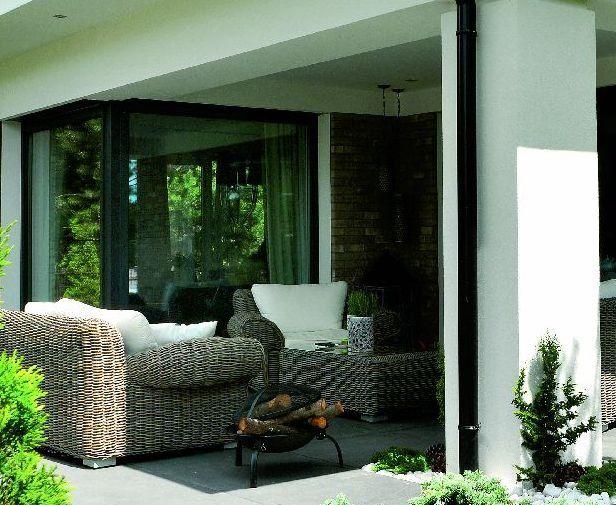 Duże przeszklenia zajmujące cały narożnik budynku nie tylko dodają wnętrzom przestrzeni, ale też łączą je z ogrodem. Poza tym sprawiają, iż słońce dociera do domu niemal przez cały dzień