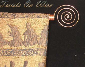 Juego de 12 ganchos de cortina de ducha artesanal remolino de cobre sólido.  Cada pieza artesanal es formado usando pesado cobre y medidas 3 1/2 pulgadas de largo y 3 pulgadas de ancho y cabe en cualquier 1 1/4 de pulgada y la barra más pequeña.  Se envía paquete de prioridad de USPS  Para ver todos mis artículos: http://www.etsy.com/shop/TwistsOnWire