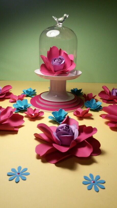 Flores de papel en diferentes tamaños para adornar en fiestas, bodas etc..