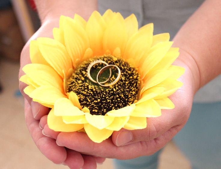 Подсолнечник кольцо подушки, держатель кольцо на предъявителя, Обручальные кольца хранения деревенская свадьба, свадебный подарок by NikushJewelryArt on Etsy