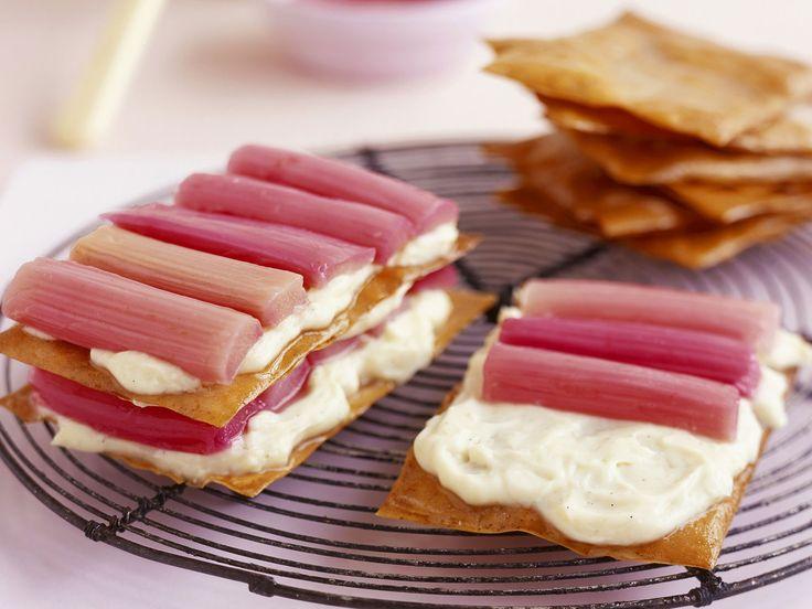Knusprige Schichten mit knackig-frischem Belag! Rhabarber-Vanille-Sandwiches - smarter - Kalorien: 438 Kcal - Zeit: 1 Std.  | eatsmarter.de