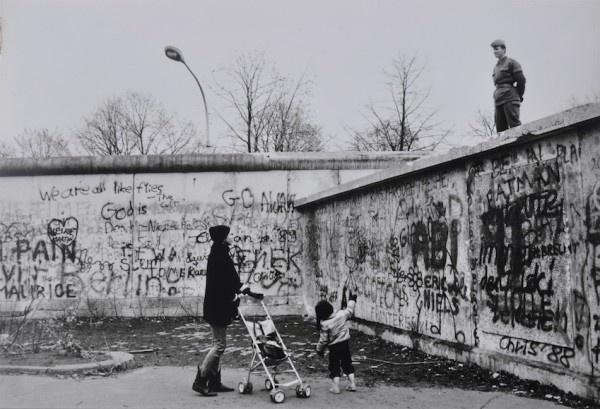 Mario Dondero, Due giorni prima della caduta del muro di Berlino, 1989 | www.lajetee.it