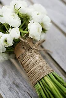 Ramo de ranúnculos blancos, atado con cuerda de cáñamo. Elegante y natural.