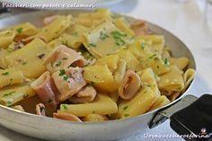 I paccheri con patate e calamari sono un primo piatto tipicamente partenopeo.