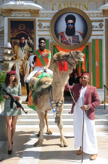 'El Dictador' de Baron Cohen llegó a Cannes... ¡en camello! ¡No te pierdas las locuras del actor!Cannes, Pierda Las, Locura Del, Del Actor, Camello, Cohen Llegó, De Baron, Las Locura, Baron Cohen