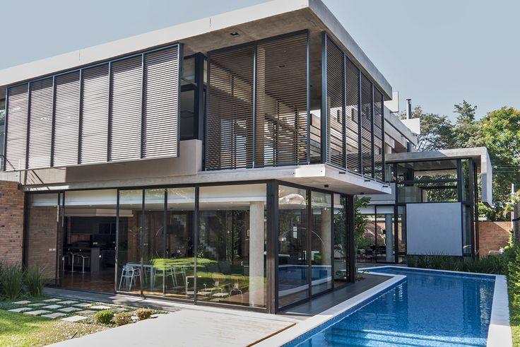 A moderna Casa RR2, em Assunção, no Chile, ganhou mais privacidade e conforto térmico com o sistema de proteção solar Metalbrise HunterDouglas nas janelas!