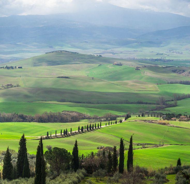 オルチャ渓谷(イタリア名:ヴァル・ドルチャ)。フィレンツェから車で約2時間南下したシエナの南東部に広がる広大な丘陵。