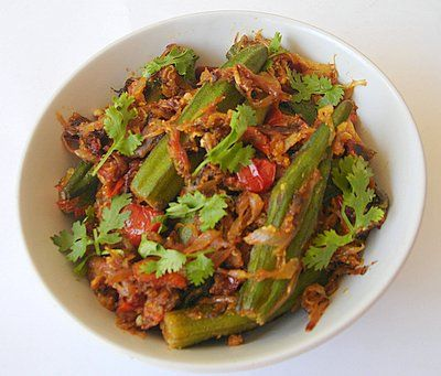 Bhindhi Tomato curry is crispy Okra served with a flavorful curry made of authentic spices and juicy tomatoes.. a great side-dish #VeganDishes