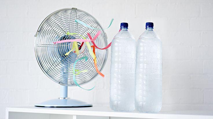 Het enige dat je hiervoor nodig hebt is een ventilator en twee flessen met bevroren water. Een ventilator op zich is natuurlij...