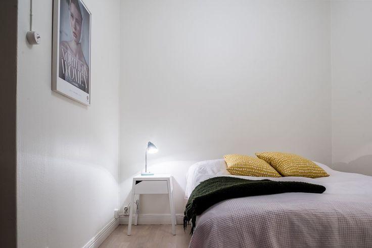 Sovrum med plats för dubbelsäng och sängbord.. Rutger Fuchsgatan 9, 4 tr - Bjurfors