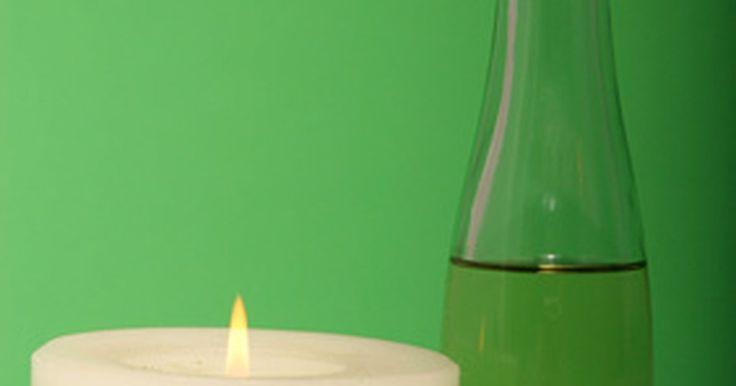 Propriedades da parafina líquida. A parafina líquida, também conhecida como óleo mineral, tem usos variados. Existem parafinas líquidas de qualidade medicinal e industrial. A parafina é também relacionada intimamente com o querosene, que é um combustível, então os dois não devem ser confundidos. A parafina líquida pode ser um produto útil, mas deve-se sempre tomar cuidado.
