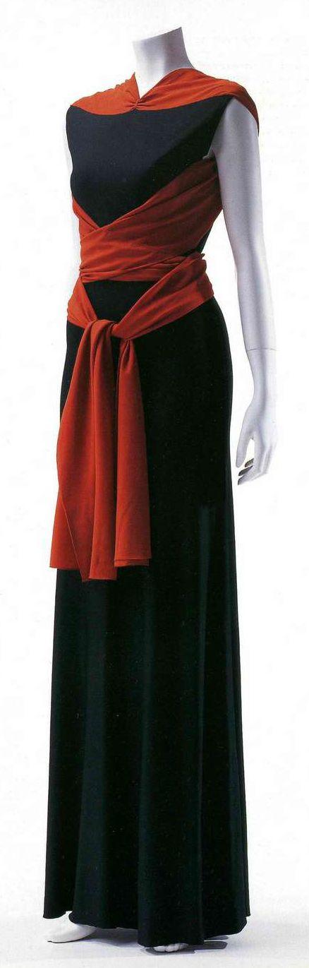 Вечернее платье. Мадлен Вионне, 1933. Черный вискозный джерси, бант из шелкового крепа цвета киновари, диагональный раскрой.