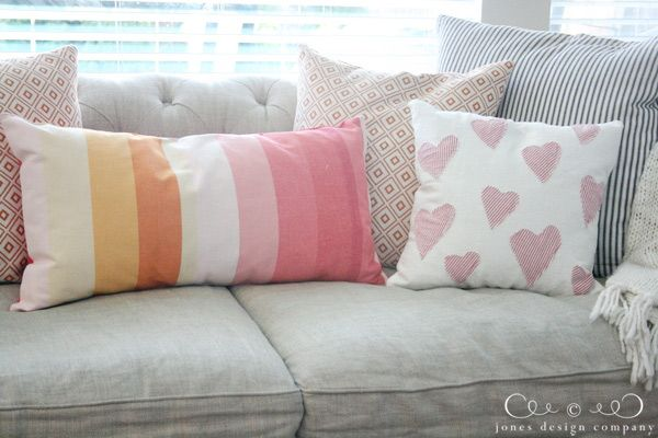make a pillow out of a table runner (tutorial)