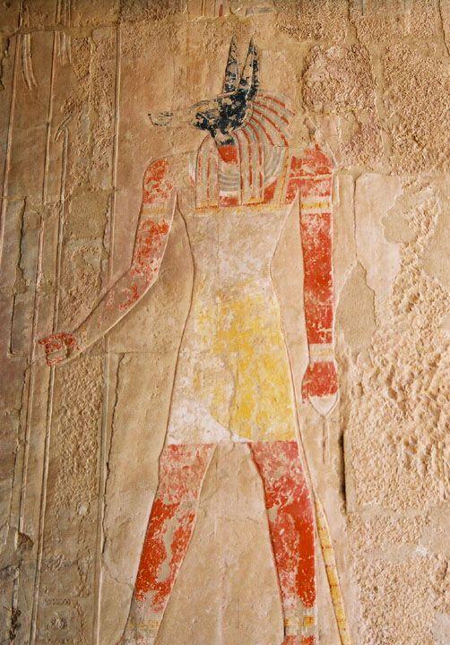 Fresque de Anubis se trouvant dans le temple de Hatchepsout.  Anubis est le dieu égyptien des morts. Son rôle principal était de veiller à l'embaumement et à l'accompagnement des morts vers le royaume éternel. C'est lui qui emmène le défunt dans la chambre des Deux Vérités afin qu'il subisse l'épreuve de la pesée. Il est d'ailleurs le président de cette cérémonie.