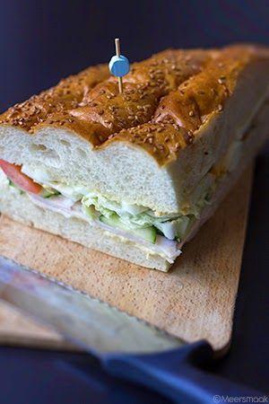 Gevuld Turks brood met kip, groenten ei en curry-mayonaise