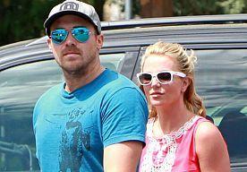31-Aug-2014 11:14 - 'EX BRITNEY HOOPT OP LAATSTE KANS'. Britney Spears' ex-vriend David Lucado doet wanhopige pogingen om een gesprek met haar te hebben. Hij hoopt nog een laatste kans te krijgen van...