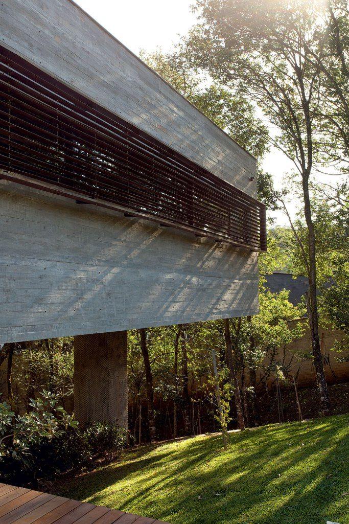 Repleta de contrastes interessantes, esta casa contemporânea acolhea natureza, o concreto e uma família feliz. Projetada pelo arquiteto Marcos Bertoldi, a obra tira proveito do terreno inclinado pa…