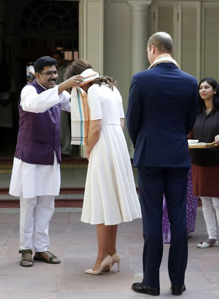 Journée d'hommages pour Kate et William. Le prince et son épouse la duchesse de Cambridge ont honoré, lundi 11 avril à New Delhi, les soldats indiens de l'armée britannique. Le couple s'est ensuite rendu dans la dernière demeure du Mahatma Gandhi.