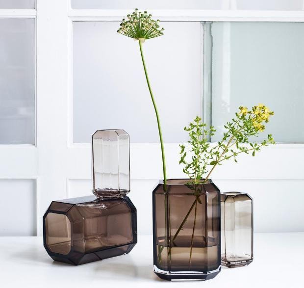 """Vasen - mit Blumen im Herbst und Winter dekorieren:  Vase """"Jewel"""" von Louise Roe in braunem Rauchglas"""