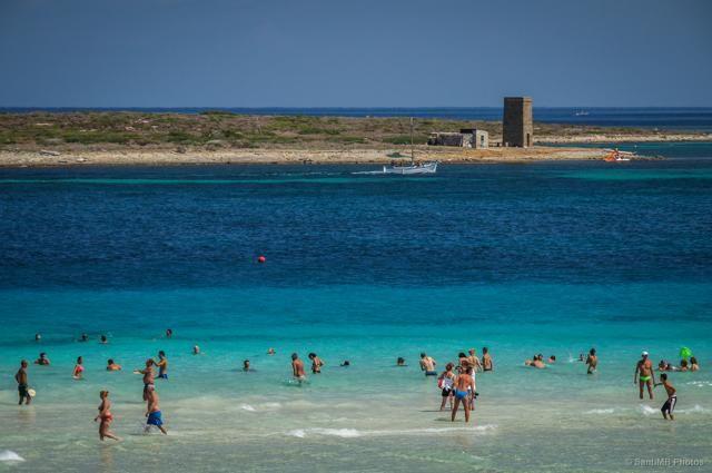 """LA PELOSA, SARDEGNA – Tripadvisor l'ha definita """"la seconda spiaggia più bella d'Europa"""" dopo l'isola dei Conigli a Lampedusa. La Pelosa, nei pressi di Stintino (nel golfo dell'Asinara, a nord della Sardegna) è un'oasi naturale fatta di acque trasparenti e sabbia bianchissima. A rendere unico il paesaggio, una torre saracena (foto: Flickr/.santiMB.)"""