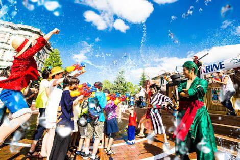 関東を代表するテーマパーク『ディズニーリゾート』は、長年多くの人に愛され続け不動の人気を誇るテーマパークです。 一方、関西を代表するテーマパーク『ユニバーサルスタジオジャパン』通称『USJ』は、年々成長を続け、2015年のハロウィンの集客数ではディズニーリゾートを抜いたとも言われています。 出典:http://best-season.org 同じ日本国内にあるこのテーマパークですが、じつは比べてみると異なることも多く、それは県民性にも大きく関係しているようです。 そこで、ディズニーとUSJにみる関東人と関西人の違いをご紹介します! 1.『特別感』があるディズニーと『親近感』があるUSJ 出典:http://takkya0.blog56.fc2.com ディズニーリゾートは、非日常の空間であることをとても大切にしています。 ディズニーリゾート内からは、外の建物などが一切見えないようになっていますし、安全性の問題もあり大人の仮装はハロウィンなど特別なイベント時しかすることができません。 一方、USJは誰でも気軽に行くことが出来るような親近感があります。…