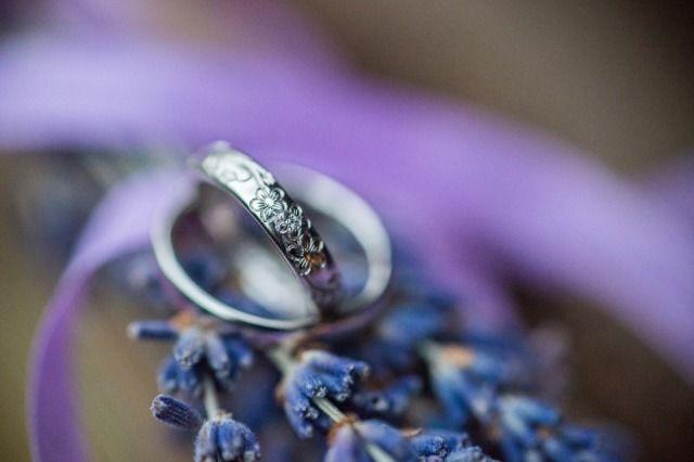 Credit: Susan Noelle - sieraad, ring (sieraad), huwelijk (ritueel), bloem (plant), betrokkenheid, geen persoon, fuzz (representatie), romance (relatie), geschenk, levendig, natuur, schijnend, kleur, plant, mooi, liefde, luxe (rijkdom), stilleven, bureaubladachtergrond, romantisch